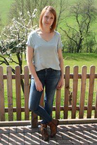 Online Stylist stellt Outfits zusammen zur Anprobe
