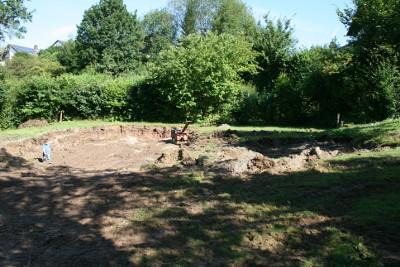 Zerstörter Garten, nachdem der Gartenpool entfernt wurde