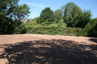 Garten ohne Gartenpool, aufgeschüttet und angesät