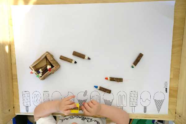 Geschenkidee für Kinder Laleloo Malunterlage mit Holzstifte