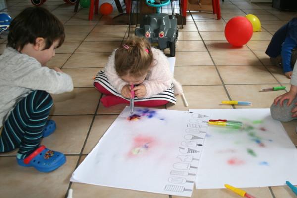 Malen mit Pustestiften an Kindergeburtstag