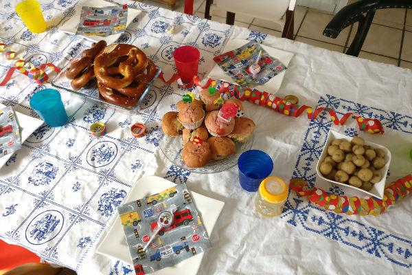 dekorierter Tisch zum Kindergeburtstag