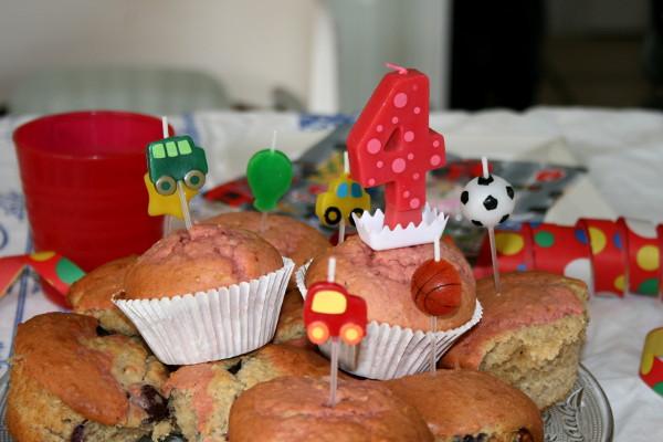 Bunte Muffins zum Kindergeburtstag