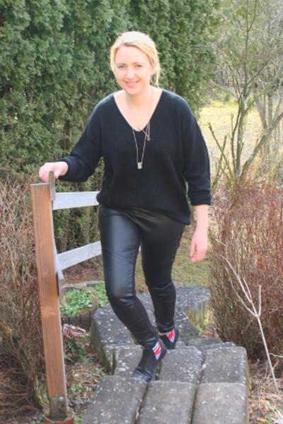 Komplett schwarz kleiden mit Materialmix
