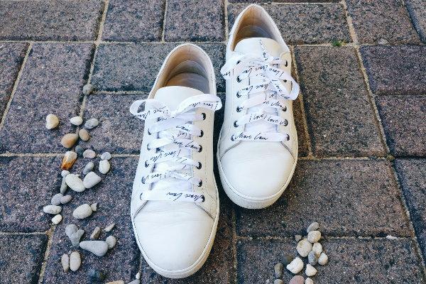 Sneakers mit ausgefallenen Schnürsenkel individuell schnüren