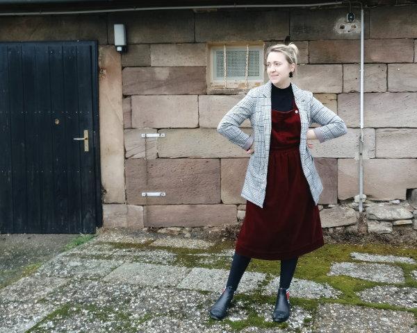Kleid mit Blazer und Boots kombinieren