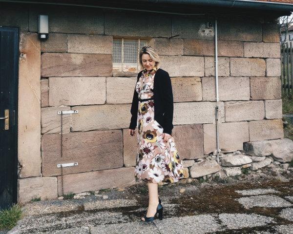 Kleid mit Blazer und Heels kombinieren