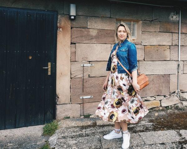 Kleid mit Jeansjacke und Sneaker kombinieren