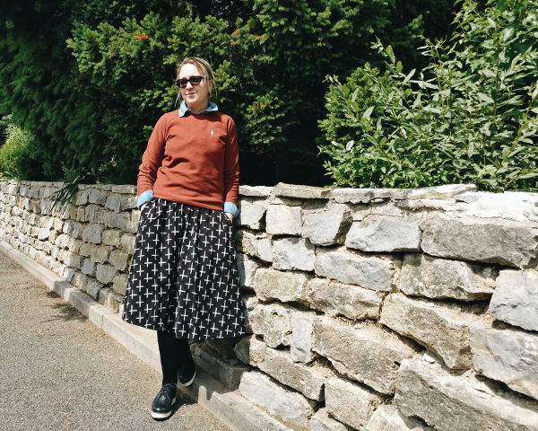 Outfit: Jeans-Bluse mit Pullover und Rock kombiniert