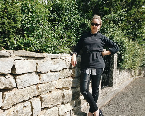 Outfit: Oversize-Pullover mit Longbluse kombiniert