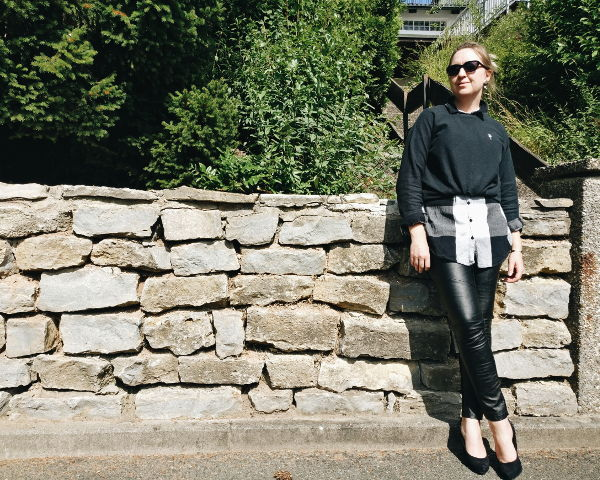 Outfit: geknoteter Oversize-Pullover mit Bluse