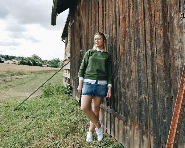 Outfit: gruener Pullover mit weißer Bluse kombiniert