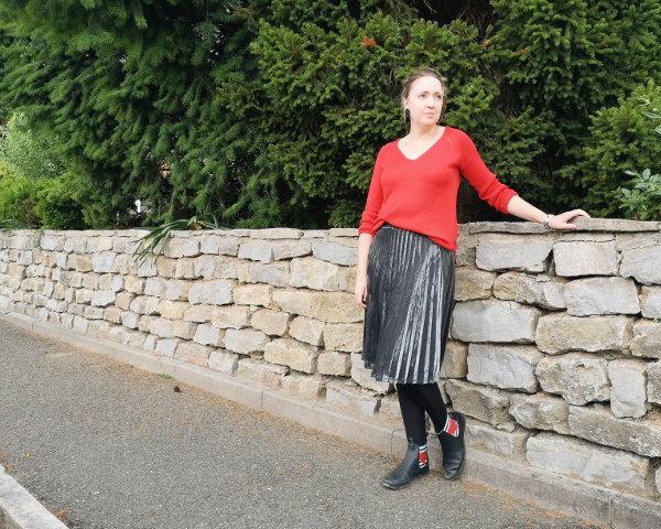 Chelsea-Boots kombiniert mit Plissee-Rock