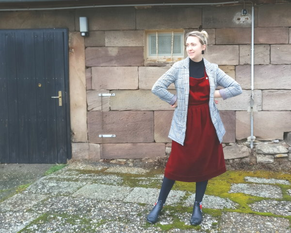 Outfit Latzkleid kombiniert mit Chelsea Boots