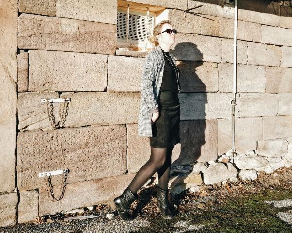Lederrock-Outfit mit kariertem Longblazer