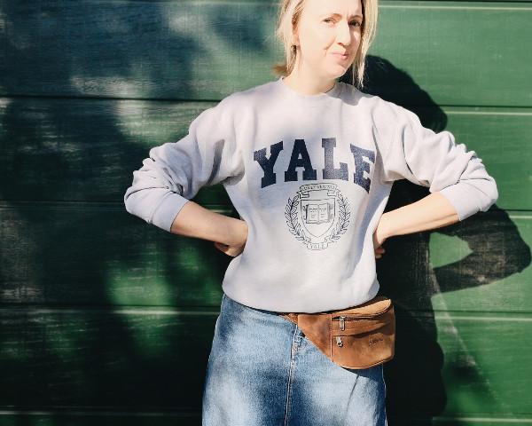 Bauchtasche mit Oversize Sweatshirt kombiniert