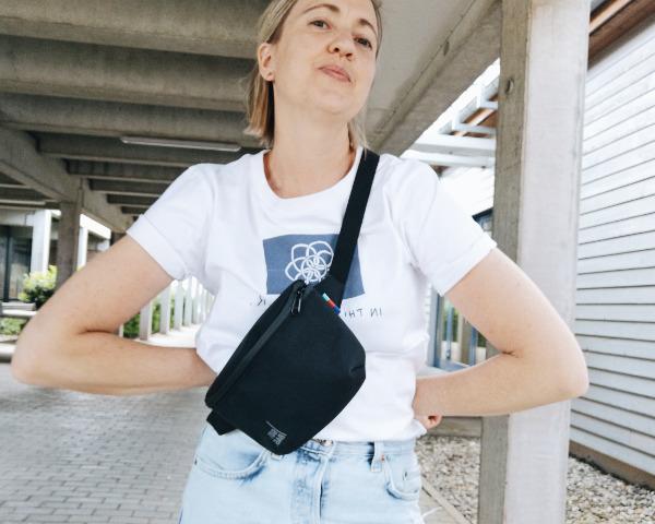 Bauchtasche quer über der Schulter tragen