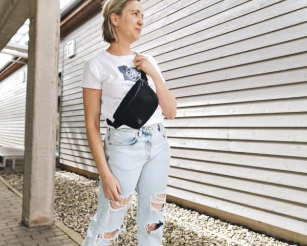 Bauchtasche crossbody mit Jeans und Shirt