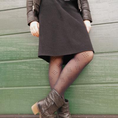 Gemusterte Strumpfhose zum Kleid