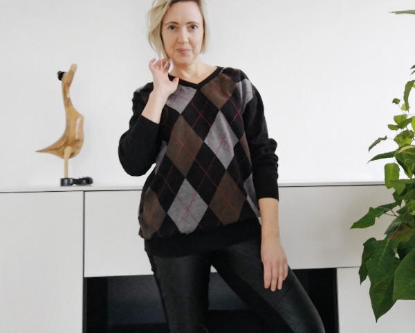 Outfit Lederleggings mit Oversize-Pullover