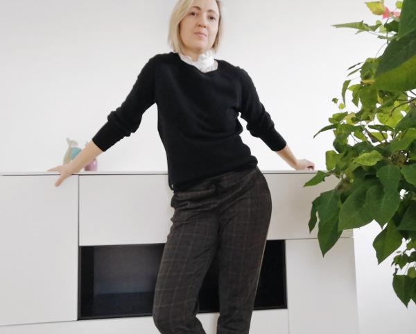 Outfit Jogpants mit Krageneinsatz
