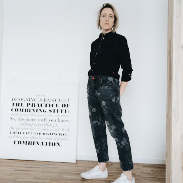 Print-Jeans mit unifarbenem Oberteil