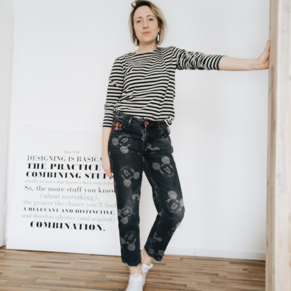Print-Jeans mit Streifenshirt im Mustermix