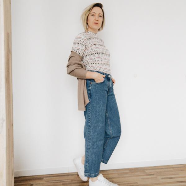 Weite Jeans mit engem Oberteil kombiniert