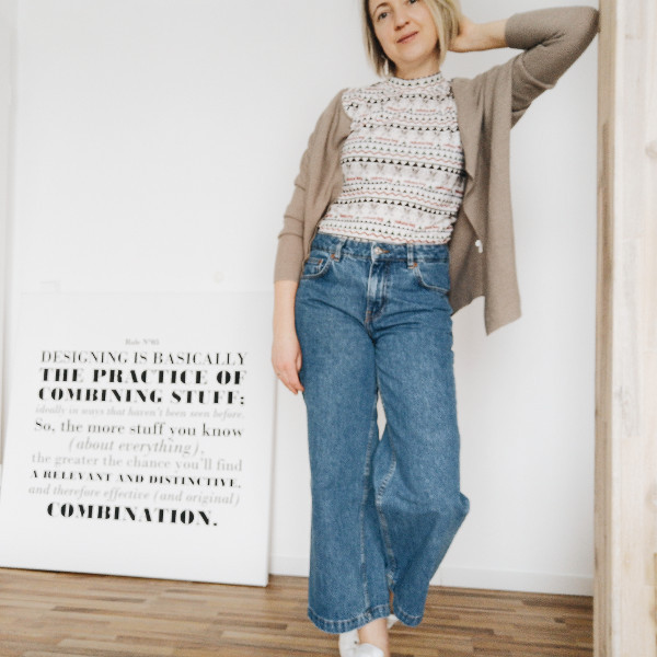 Weite Jeans mit Cardigan kombiniert