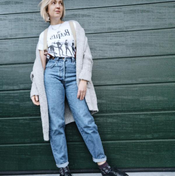 Vintage Jeans mit T-Shirt und Cardigan