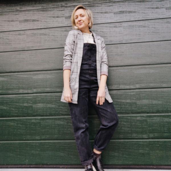 Outfit Latzhose mit Blazer