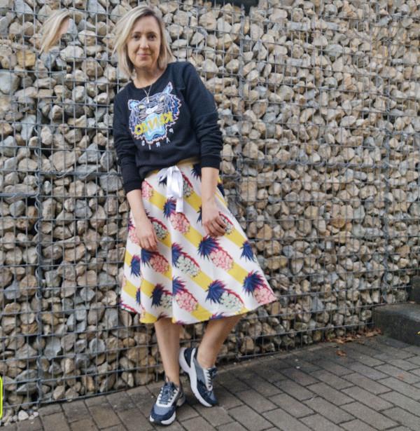 Rollingsoft Sneaker mit Rock kombiniert
