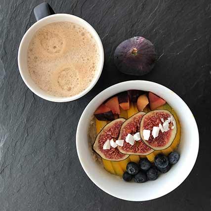 Bowl Rezepte – Mango-Kokos-Porrdige mit Feigen und Heidelbeeren
