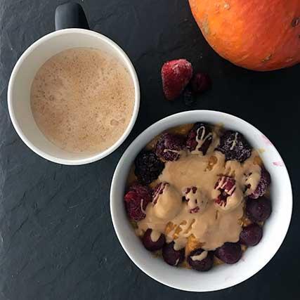 Kürbis Bowl Rezepte: Kürbis-Porridge mit gefrorenen Beeren